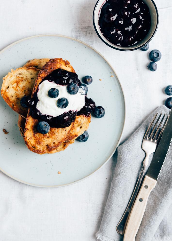 Wentelteefjes met blauwe bessen compote
